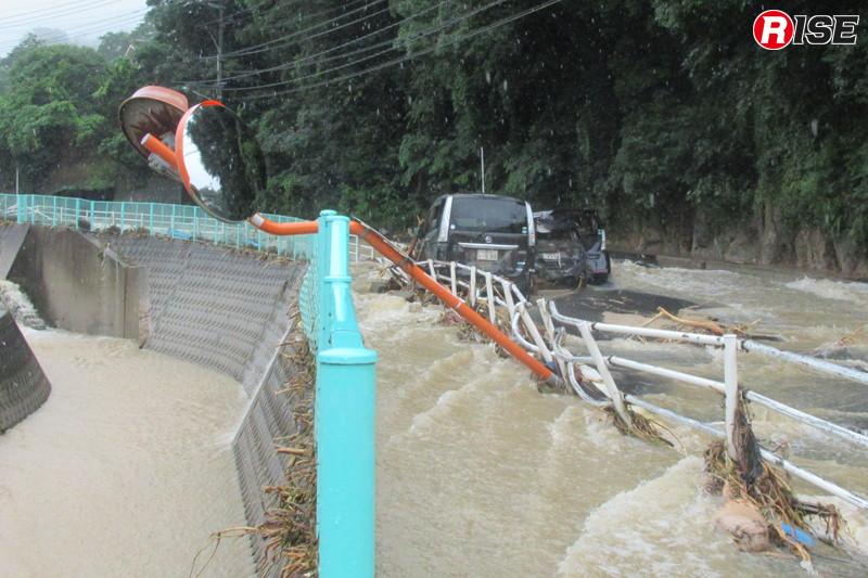 1年前:川よりも激しい流れを見せる県道34号線の濁流。