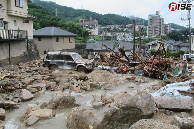 1年前:矢野東の住宅街。上流より土石流と共に自動車なども流されてきた。
