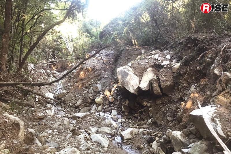日広団地を襲った土砂崩れの現場。いつ崩れても不思議ではないコアストーン。