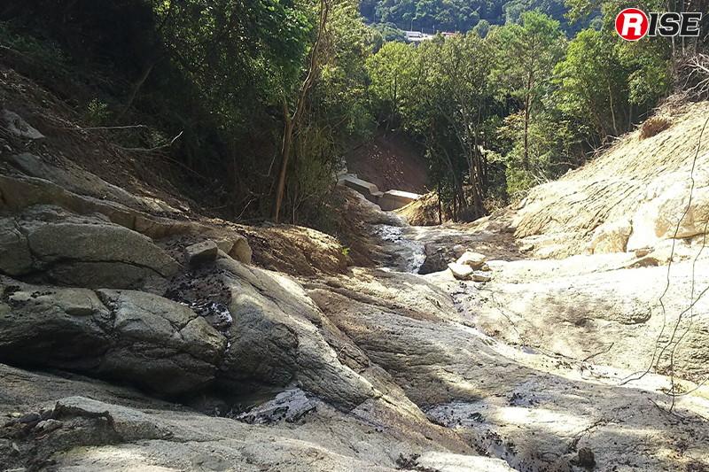 土砂崩れにより剥き出しになった岩盤。