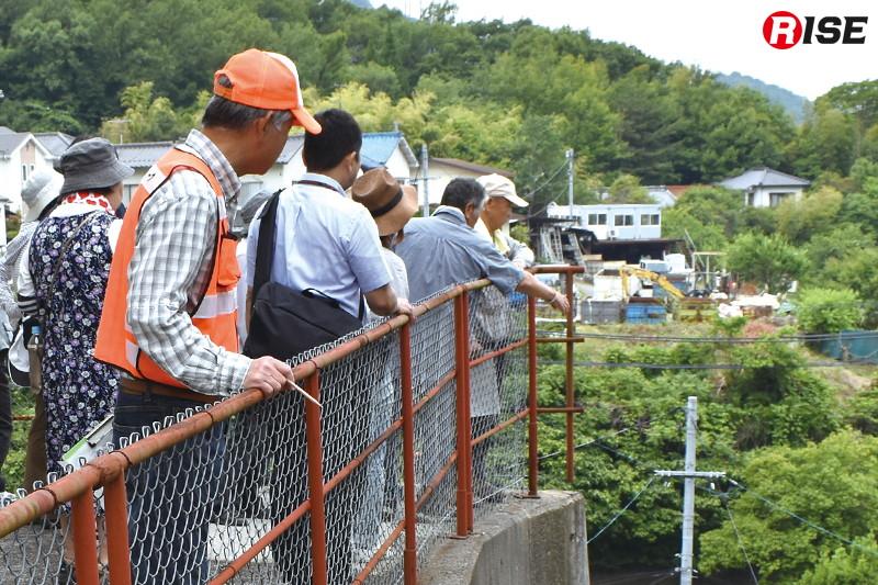 防災マップ作りの一環で住民らが町歩きを行う。