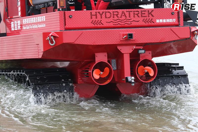 水中では2基のプロペラにて推進力を確保。