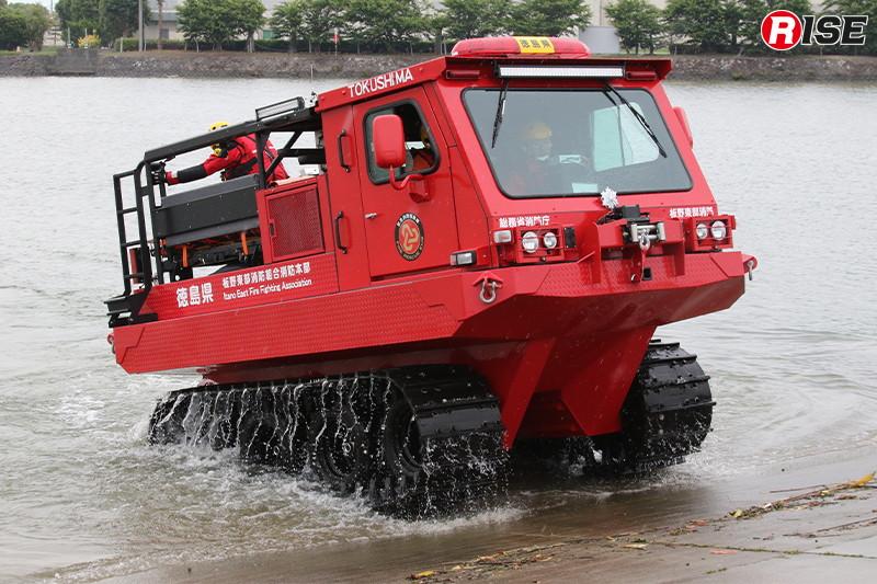 総務省消防庁から無償貸与を受け配備された中型水陸両用車(全地形対応車II型)。