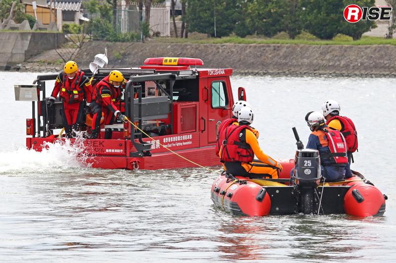 多数の要救助者を搬送する際は中型水陸両用車でボートを曳行することもできる。