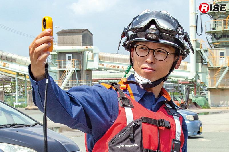 安全監視者が現場の風速を計測。