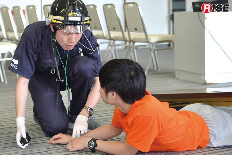 【多数傷病者シナリオ】 倒壊物の下敷きとなった傷病者に接触しトリアージを行う。