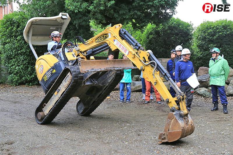 講師によるデモンストレーション。メンテナンス時や障害物踏破の際にはアームや排土板を駆使して様々な体勢を取ることが出来る。