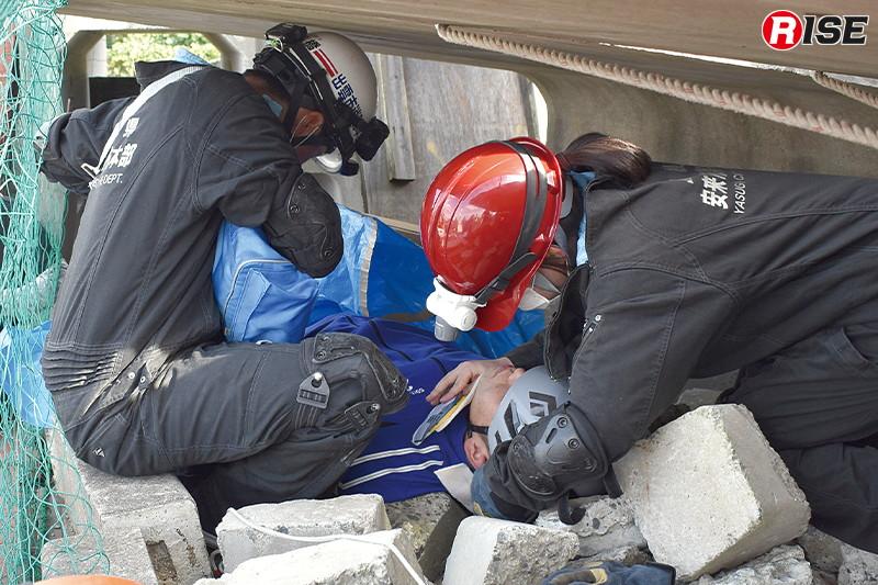 【救助ブース】狭所や暗所での観察や処置について体験するCSRM想定。応急処置を行うとともに救出方法を探る。