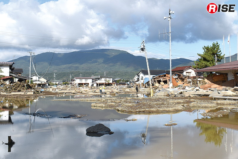 決壊現場付近は東日本大震災直後の津波被災地を思い起こさせるような被害が広がる。