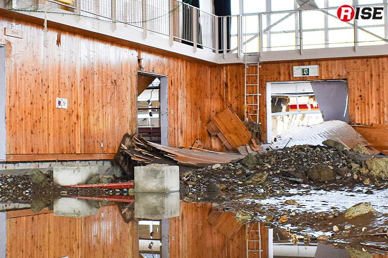 体育館も床上浸水し、土砂にあふれている。