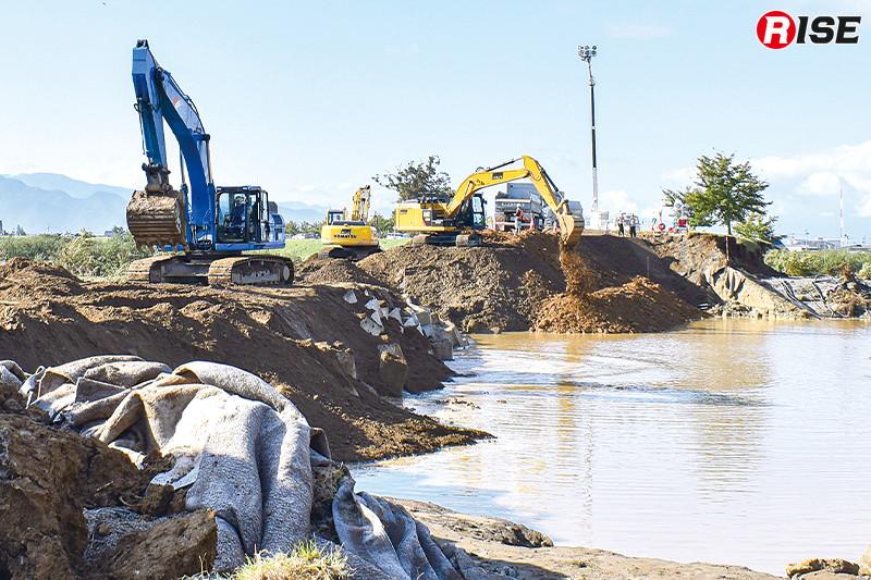決壊ポイントでは急ピッチで復旧活動が行われていた。