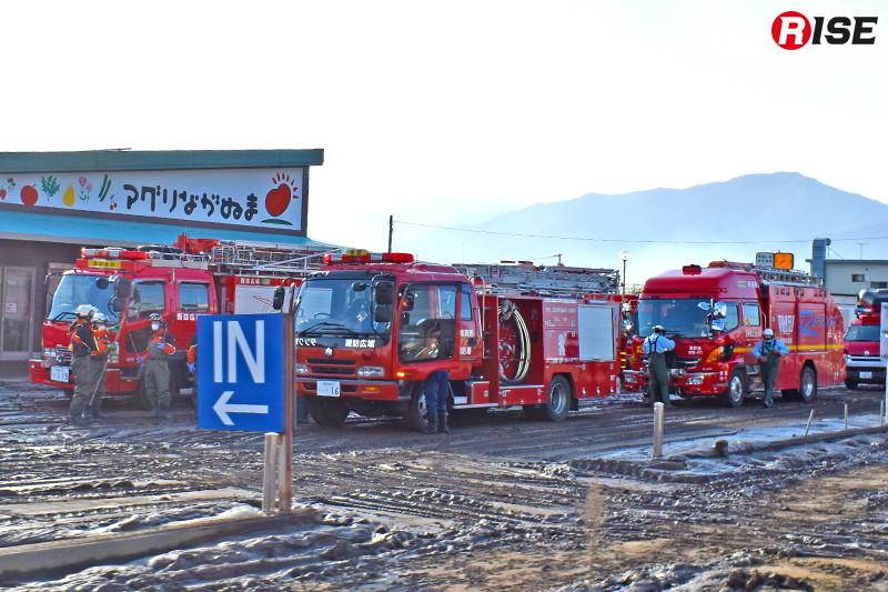 県内応援で駆け付けた消防部隊が活動準備を行う。