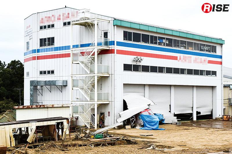 埼玉県の航空会社で耐空検査中だった高知県消防防災ヘリが河川氾濫による浸水で被害に遭った。