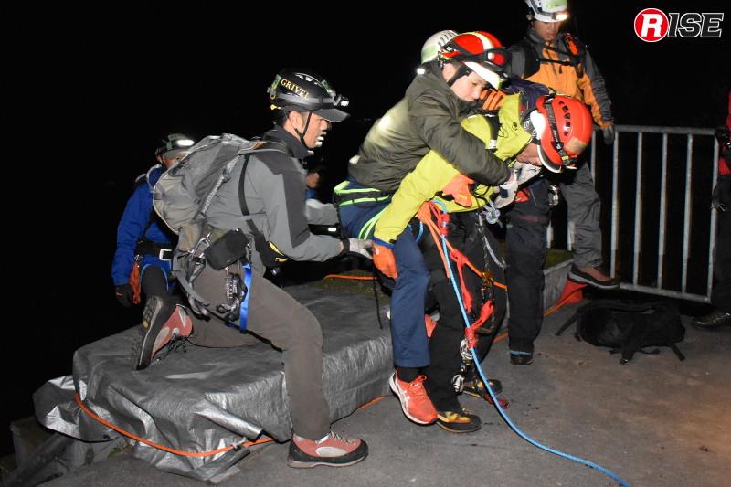 安全な場所まで一次救出を完了。要救助者を縛着し直してから下山に入る。