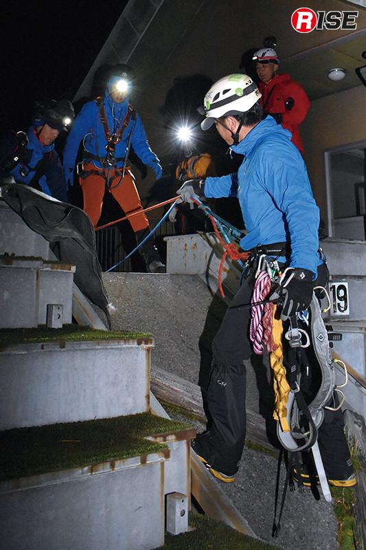 第二想定は要救助者が右足を負傷し歩行不能という設定で実施。