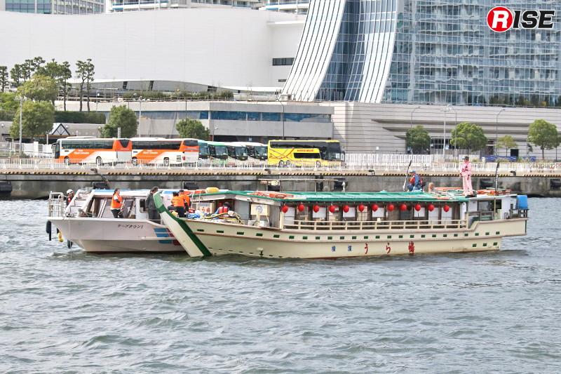 「うら嶋」を旅客船に横付けし、乗客を移す。
