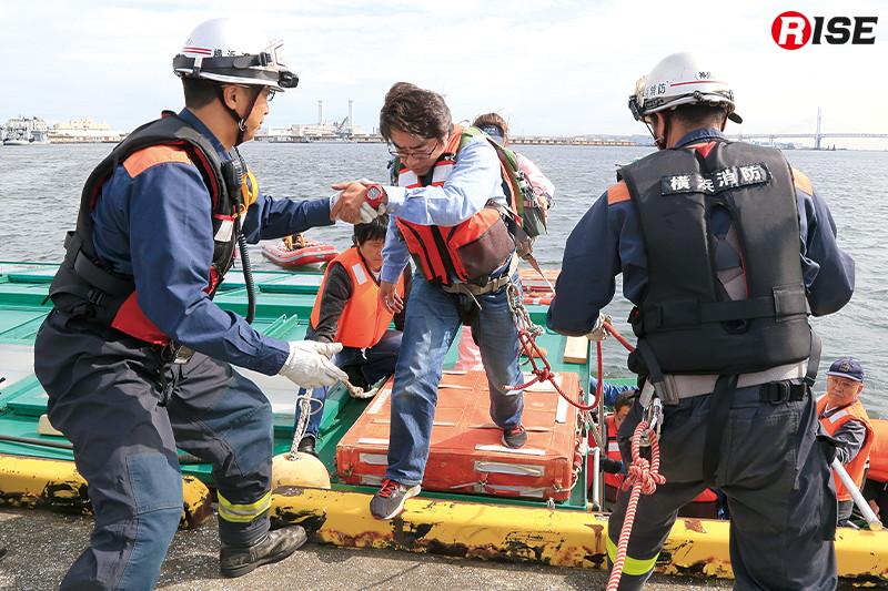 陸上隊員の支援を受けつつ、乗客を地上へ救出。