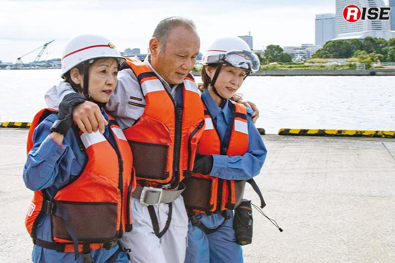 地上に救出された要救助者を救護所へ搬送する。