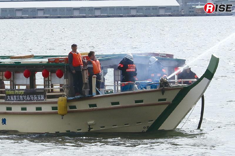 「うら嶋」に可搬ポンプを載せ込み、海上からの放水を実施。