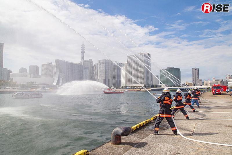 陸上の一般部隊と連携しての一斉放水。