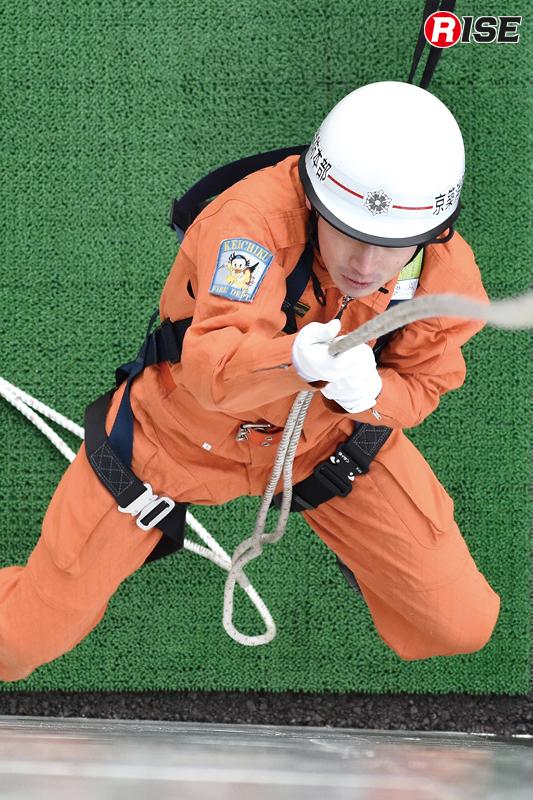 フットロックは行わず腕力のみでロープを登る。