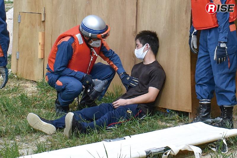 安佐南消防団が現場に到着。避難誘導の呼びかけを行う中で負傷者1名を発見し、救護と情報聴取を行う。