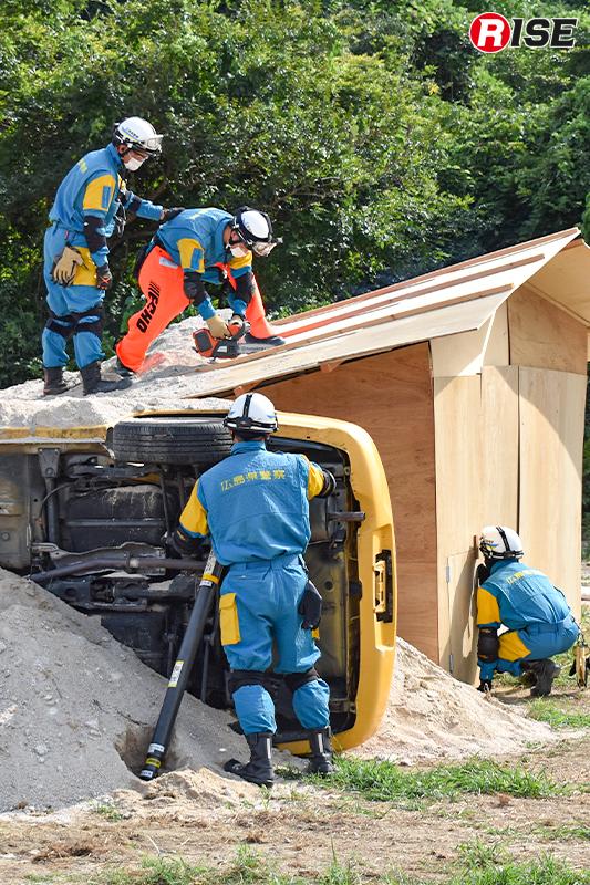 警察部隊も活動を開始。埋没車両内の安定化を図りつつ、埋没建物に開口部を設定する。
