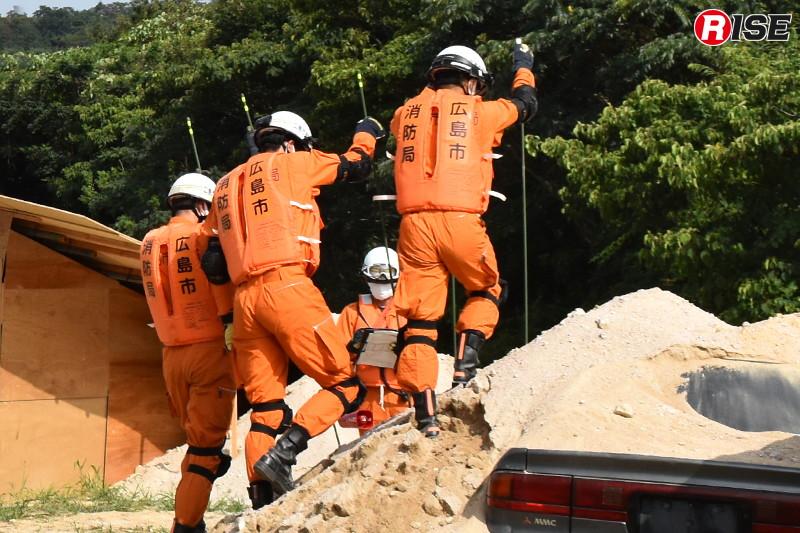 ゾンデ棒により土砂内に要救助者の存在がないか確認する。