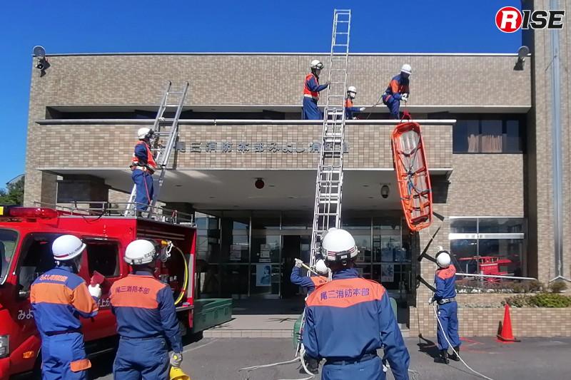 【みよし市/高所救助想定】後着の消防隊と連携し同隊の三連はしごを使用してはしご水平救助操法第2法で救出を図る。
