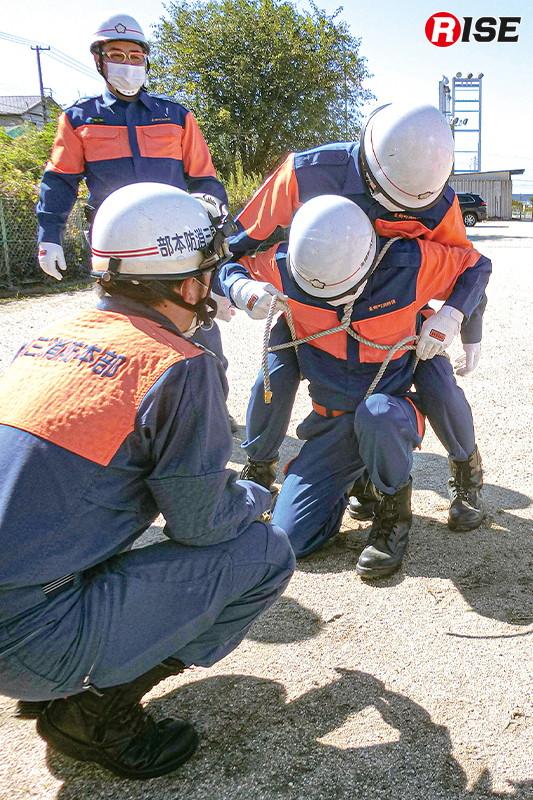 【東郷町/高所救助想定】歩行不能の要救助者を背負って搬送するための縛着方法を学ぶ。