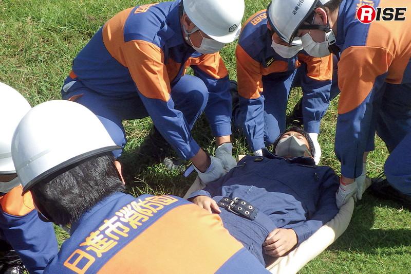 【日進市/応急手当(トリアージ)】救出された要救助者を毛布による応急担架に収容して救護所まで搬送する訓練。