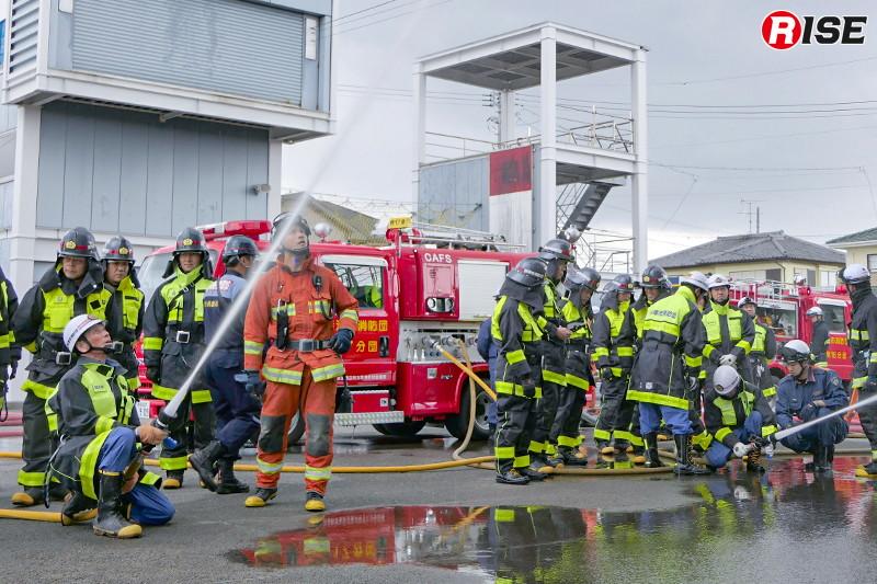 ガンタイプノズルと40mmホースの導入に合わせて行われた火災戦術講習の様子。3日に分け、全団員を対象に実施した。