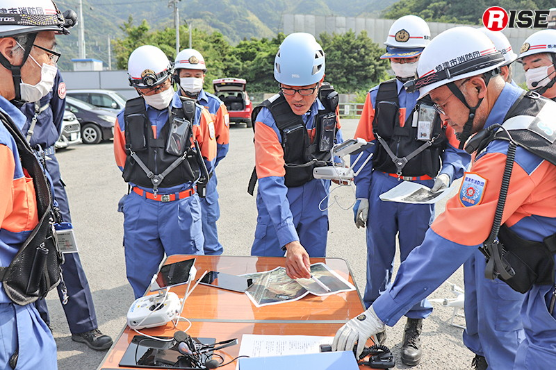 要救助者の位置や土砂の流れ等、得られた情報の周知を行うドローン隊隊長。