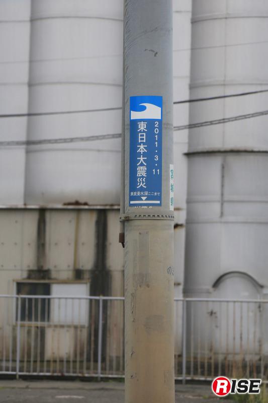 津波浸水深を示す電柱の表示。