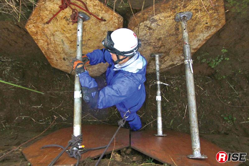 パネル間を支柱器具を入れ、左右のパネルを突っ張る。隊員は土留めされたこの間で活動を行う。