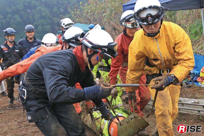 埋没要救助者を土の中から救出し、訓練終了。