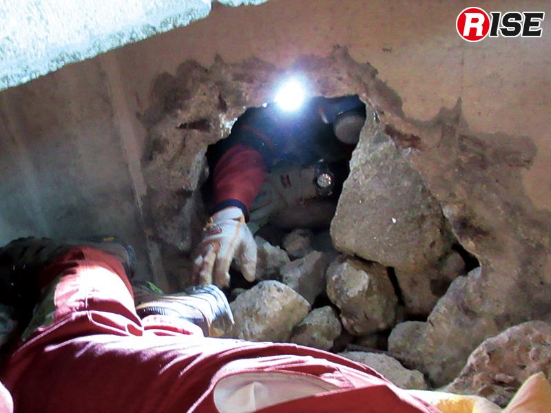 わずかな隙間から要救助者に接触を図る。