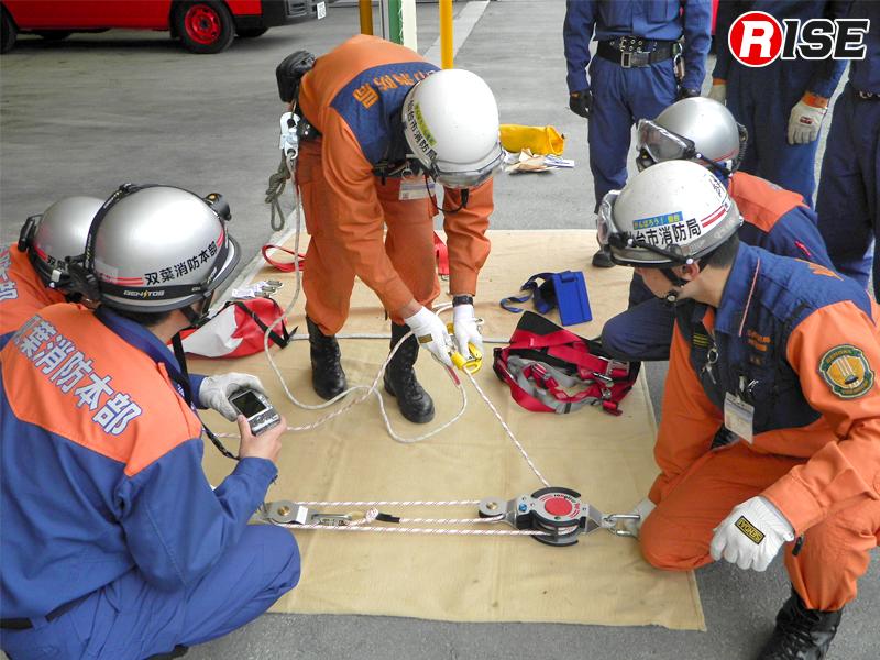 派遣隊と双葉消防職員による資機材取り扱い訓練。