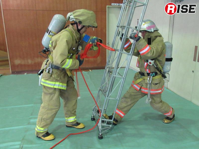 基本形ではロープを最下段の横桟に通して確保時の抵抗をプラスすると共に折り返し点とする。