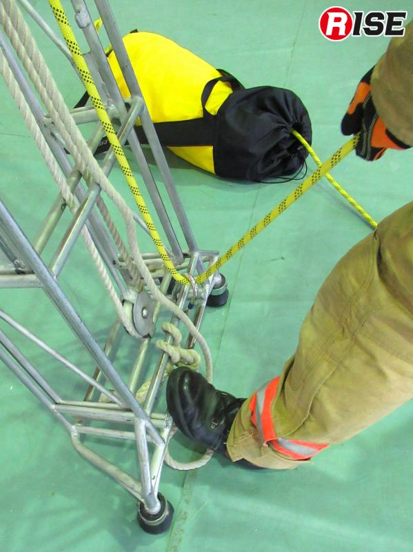 下部支点側の横桟にカラビナを介してロープの折り返し点を設定している例。