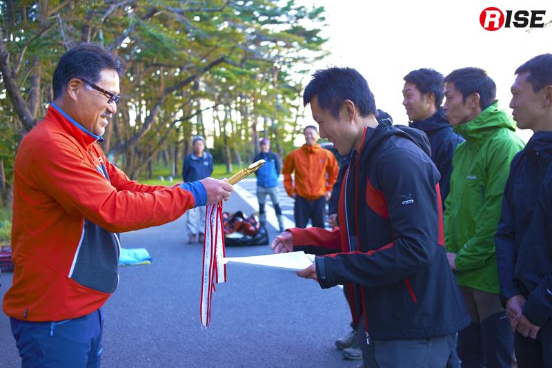 実行委員長の阿部恭浩氏から優勝チームにトロフィーが授与される。