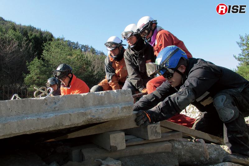瓦礫の上での安定化という非常に困難な状況で訓練を行う。京都USARでは各種手技などについて数多くの勉強会(訓練会)を重ねており、全国からの参加者も多い。