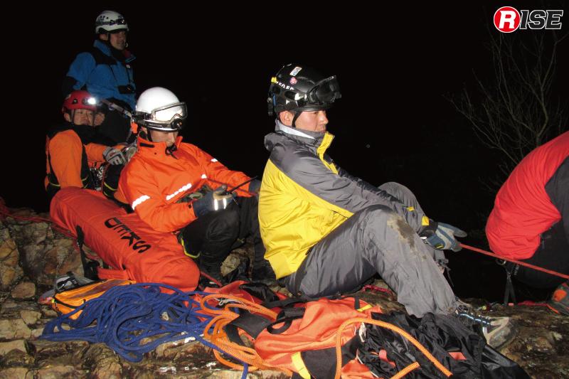 岩場の上では複数の隊員のマンパワーによる救出。
