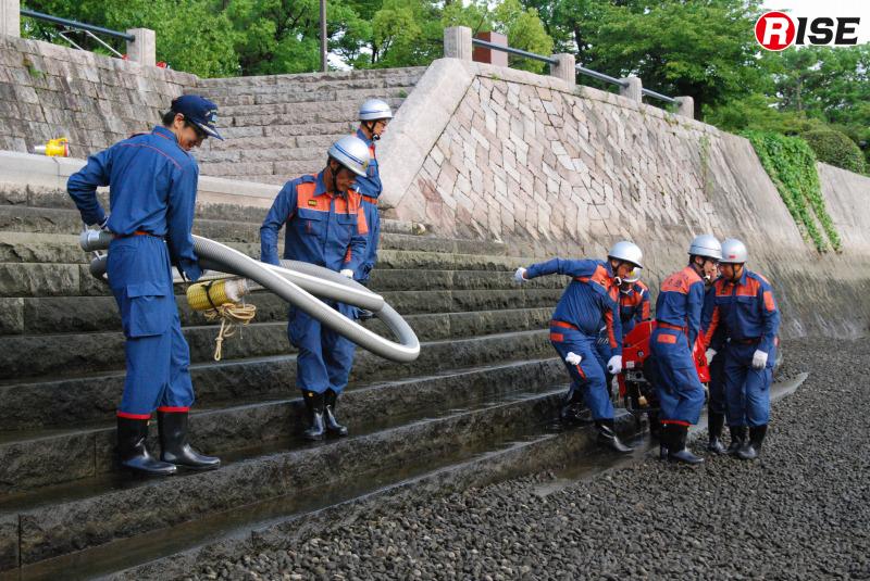 最上段から3段目以降は濡れており、コケなども付着していて滑りやすい状態。