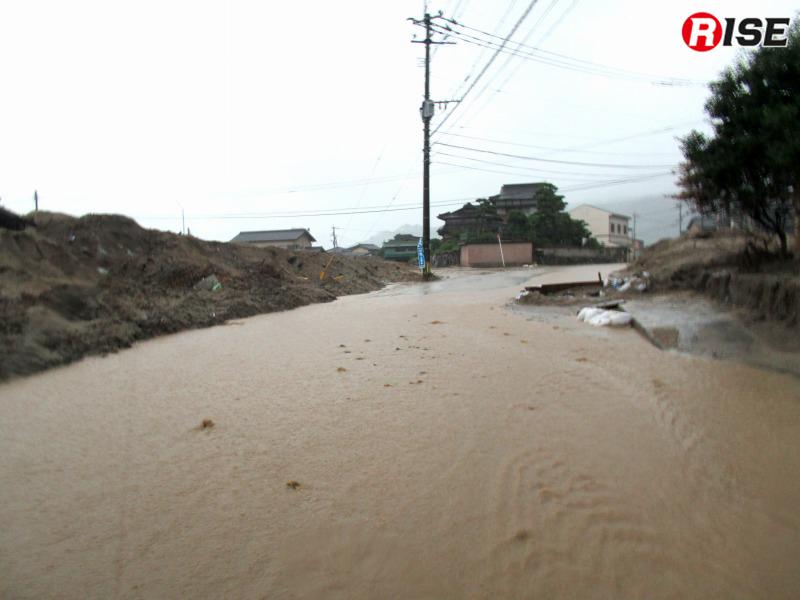 排水溝などが土砂に埋まっているためだろうか、激しい雨により道路がたちまち冠水してしまう。