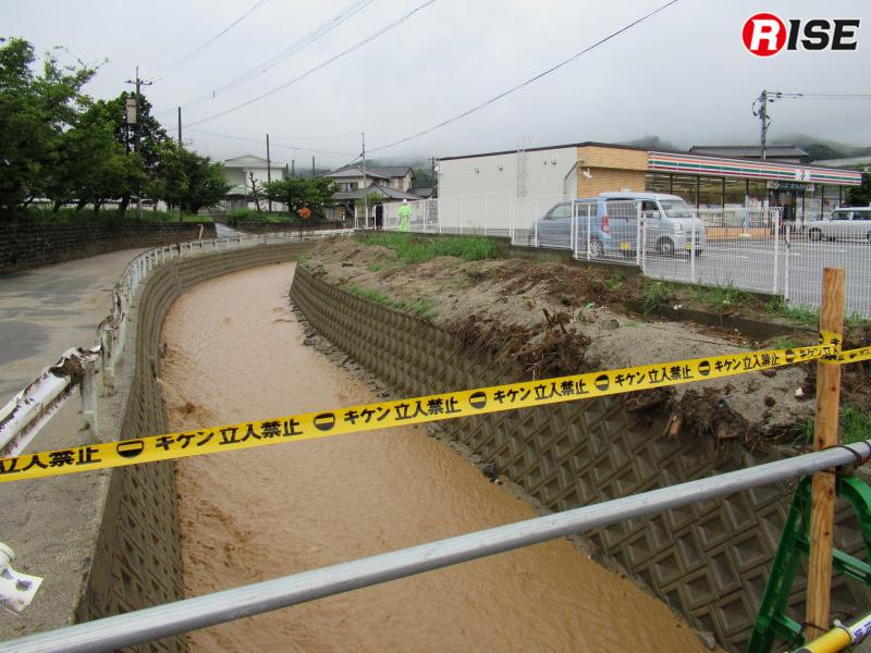 河川には泥交じりの水が流れる。