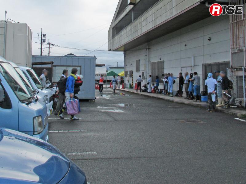 朝9時のボラセン受付開始を前に、各地から集まったボランティアの方々が列を成す。
