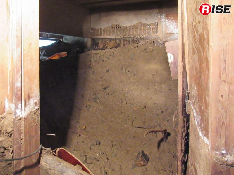 土砂に満たされた室内の状況。