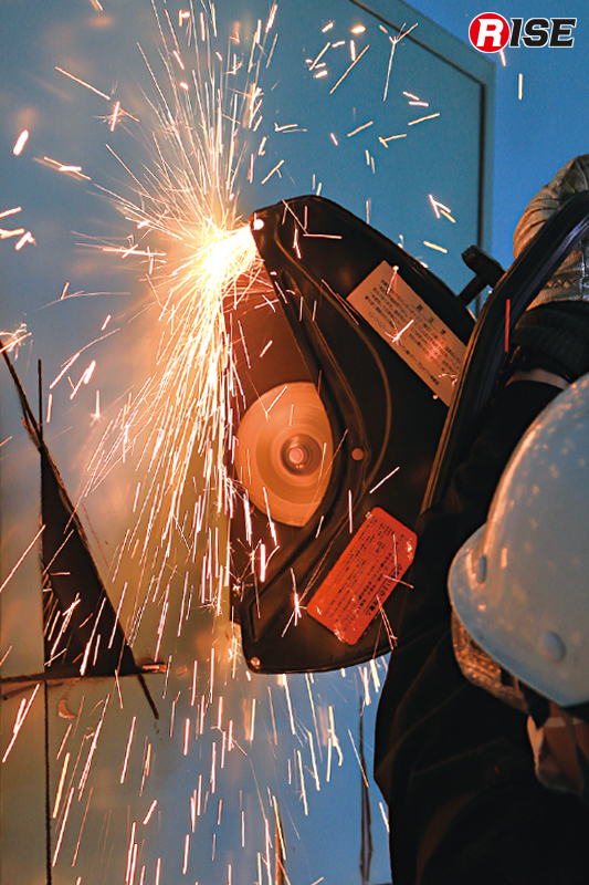 3辺カット(三角カット)により開口部を作成する。1辺の長さや頂点の角度、切断深度などがシビアで、実施者の技量が出やすい方法といえる。