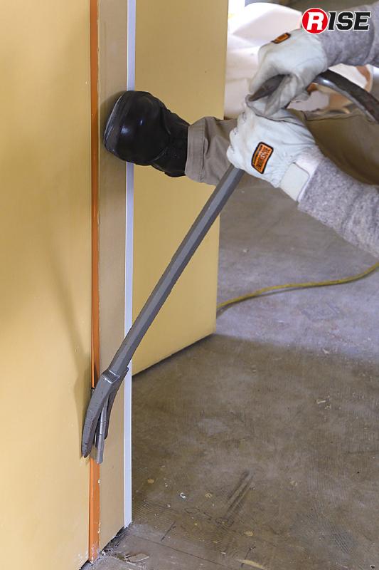 木製ドア・戸枠の場合は蝶番を破壊すれば開放が可能だ。